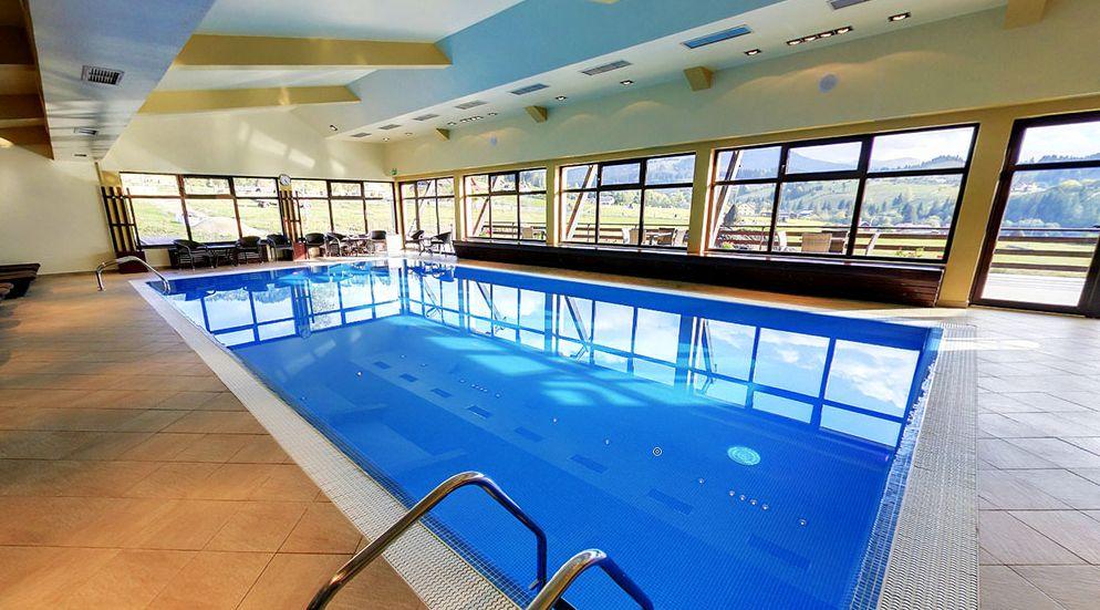 Plimbare călare prin Țara Dornelor + răsfăț la piscină, saună și...