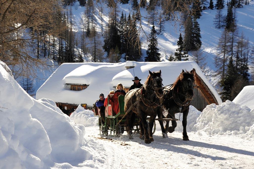 Evadare în Maramureș: schi și săniuș, bucate tradiționale, bălăceală...
