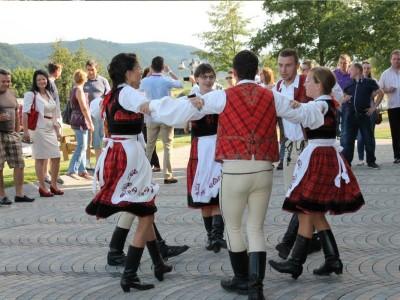 """""""Vine Mureșul la tine"""" – """"Închiriază un Povestitor Local"""" : Petrecere cu dansatori autentici la tine acasă sau la birou- 4 perechi și orchestră"""