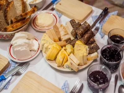 """""""Degustă Harghita""""! Circuit cu 7 popasuri: lecția de ceramică + vizită la rezervația de plante carnivore + degustări de brânzeturi, păstrăvi, dulcețuri și pălinci locale pure + plimbare cu căruța trasă de cai. Cu 1-3 nopți, mic dejun și cină."""