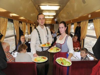 """Plimbare cu Mocănița + cazare o noapte într-un tren de epocă, hotelul """"Carpathia Express"""" + o cină specială + un prânz în pădure. Cu 1 - 4 nopți și 2 mese pe zi, iar în varianta supremă și seară cu ceterași + baie în ape termale!"""