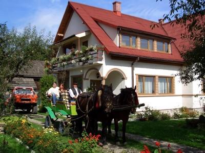 """""""O zi în dulcea Bucovină"""": Cazare o noapte cu cină din bucate locale bio și mic dejun la pensiune premium + plimbare cu trăsura la Mănăstirea Voroneț - """"Te invită Bucovina!"""""""