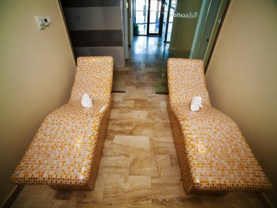 """""""Plăceri fine la Cetate"""": relaxare la spa, lecție de ceramică + lecție de călărie + ședință de muls caprele + plimbare cu trăsura + un prânz ardelenesc. Opțional, masaj + vizită la cramă cu degustare. Cazare 2 - 5 nopți la Hilton Sighișoara."""