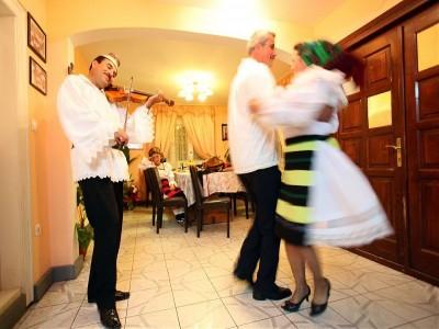 Degustă Maramureșul! Seară cu ceterași + lecția cu dansul iubirii + plimbare cu istorica Mocăniță + traistă de merinde la drum + baie în ape termale + prânz în pădure. Horincă la infinit! Variantele cu 3-5 nopți de cazare.