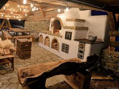 Vacanță gourmet în Bucovina! Lecția de afumare păstrăvi + cazare 2-4 nopți în cabană de lux + vizită la țesătoare de covoare + bird watching în Călimani + plimbare cu Huțulca, vizită cu degustare la atelier de brânzeturi premium