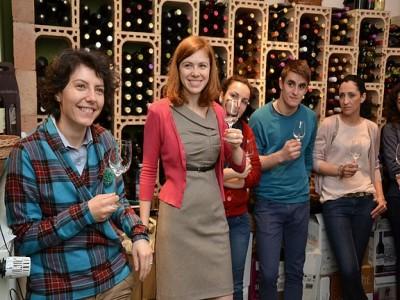 """Vizită cu degustare la Crama """"Familia Hetei"""" - veți arbitra 6 vinuri nobile și un ospăț cu produse tradiționale, apoi vizită în vie și la pivnița de 200 de ani. Variantele cu sau fără cazare. Te invită Satu Mare!"""