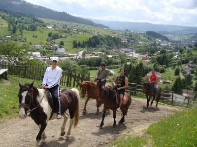 Excursie călare la Vatra Dornei + vizită la țesătoare + vizită la Centrul Turistic al Munților Călimani + degustare de plăcinte de casă și de 5 ape minerale + o noapte sau două de cazare la 3*, cu mic dejun și cină. Te invită Bucovina!