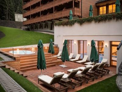 Weekend romantic la Poiana Brașov, în hotel de lux, printre petale de trandafir: leneveală la Spa, mic dejun la pat, vin spumant, cină memorabilă + masaj de cuplu, cu 2 sau 3 nopți de cazare! Te invită Brașovul!