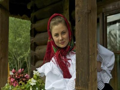 Evadare gourmet în Maramureș: cazare în casă de patrimoniu, 2 ospețe tradiționale pe zi + plimbare cu căruța trasă de cai sau cu Mocănița și prânz în pădure. Opțional, seară cu ceterași inepuizabili. Variantele cu 2-6 nopți.