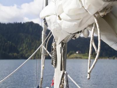 """Curs de navigație cu vele pe Lacul Colibița + plimbare cu hidrobicicleta + bălăceală în Băile Dacice, 2 sau 3 nopți cu demipensiune în bungalow de lux cu plajă privată. """"Te invită Bistrița!"""""""
