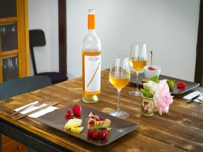 Terapie cu natură și vin la Drăgășani: vizită la Muzeul Vinului, turul cramei și degustarea a 3 vinuri, plimbare prin vie, culcuș în pensiune de lux. Variantele 1-3 nopți cu 2 mese pe zi. În varianta supremă: acces la Forest SPA și un masaj.