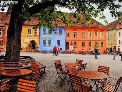 Circuit prin Transilvania profundă - cu traversarea a trei civilizații, fiecare cu ce are ea mai frumos: românească, secuiască, săsească. Tradiții, natură, gastronomie și personajele locului.