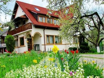 Paște în Bucovina, la Gura Humorului, în pensiune premium 4 *, cu slujba de Înviere la mănăstirea Voroneț, 4 nopți, 3 mese tradiționale pe zi, cină festivă cu taraf local, lecție de dans și plimbare cu trăsura.