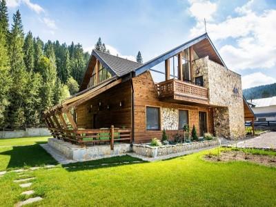 Vacanță gourmet în Bucovina! Lecția de afumare păstrăvi + cazare 2-4 nopți în cabană de lux + vizită la țesătoare de covoare + bird watching în Călimani, cu degustare de 5 ape minerale. Ai incluse și degustări de păstrăvi cu hribi, miere si nuci!