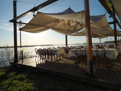 """Paște boem la Dunăre, în Portul Cultural """"La Cetate"""", cu ospețe boierești și vinuri fine, 3 nopți cu 2 mese gourmet pe zi. Și un picuț de petrecere cu lăutari."""