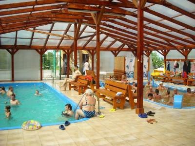 Paște 2019 pentru cei mai cumpătați dintre noi, la Ocna Șugatag, Maramureș, bălăceală la infinit în piscină cu apă termală fierbinte + plimbare cu Mocănița și prânz în pădure