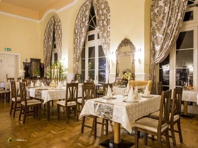 Călătorie în frumosul de acum 200 de ani: Palatul Brukenthal, Avrig.  De la arta sticlei, la gastronomie de epocă. O cină spectacol în singurul parc baroc din România. Cu 2-3 nopți și demipensiune.