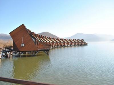 Leneveală la plajă pe ponton privat, pescuit, plimbare cu barca pe Dunăre și gastronomie locală la Cazanele Dunării, într-un loc spectaculos. Cazare 2-4 nopți în complex lacustru modern, cu două mese pe zi. Te invită Caraș Severinul !