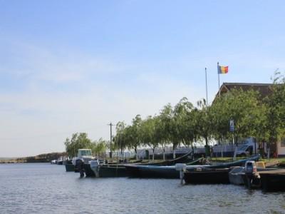 Plimbări cu barca pe canalele Deltei, excursii la Gura Portiței, ospăț cu pește proaspăt în fiecare zi, variantele de 4-7 zile, cu demipensiune, într-un nou paradis între Deltă și Litoral !