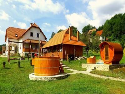 Terapie cu liniște într-un sat din patrimoniul cultural european, cu 2 sau 3 nopți și 2 ospețe pe zi, bucate secuiești tradiționale, apoi baie la ciubăr țărănesc și saună + lecție de pâine la cuptor!