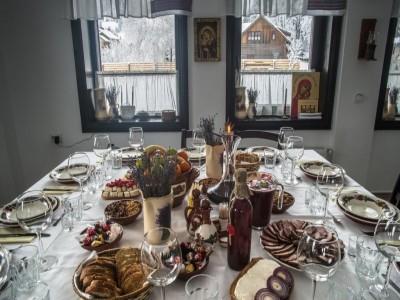 Expediție culinară la Moara din Fundu Moldovei- Bucovina, cu bucate tradiționale + degustare de 5 dulcețuri, vizită la centrul de turism Călimani cu degustare de 5 ape minerale. Opțional, seară cu taraf local și lecție de dans bucovinean!