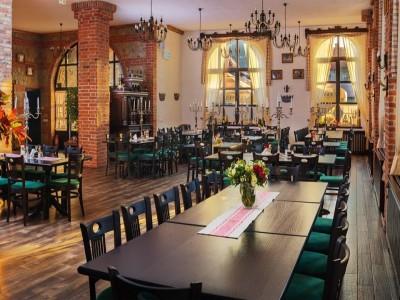"""""""Degustă Sibiul!""""- varianta de lux:  cazare premium la Conacul Maria Theresa, 5*, Orlat, cu relaxare la piscină exterioară + plimbare cu trăsura prin cel mai mare muzeu din țară, Astra Sibiu. Cu 2-5 nopți cazare si 2 mese pe zi."""