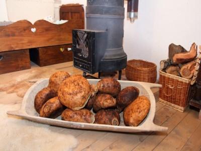 Poveste de Crăciun în Ținutul Conacelor: vizite cu degustare la producători de pastrame și brânzeturi, plimbare cu sania, lecții de călărie și de pictură pe lemn. Cu 3 sau 4  nopți cazare la fermă de echitație, bucate de casă, palincă la infinit!