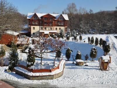 Minivacanța de 1 Decembrie la Păstrăvăria Albota, Sibiu: 4 zile si 3 nopți cu demipensiune, concurs de pescuit și de tir între familii, foc de tabără, excursie la fermă și la mănăstire.