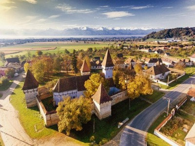 Experiență premium în inima Transilvaniei -La Cincşor, BV, Ansamblul bisericii fortificate & Casele de oaspeți din Cincșor. 2 mese pe zi, gastronomie locală fină + tururi ghidate cu expert local in istoria artei.