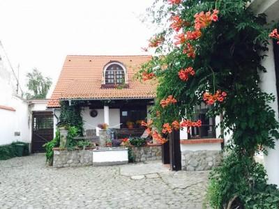 """Escapadă gourmet și curs interactiv pentru o cină sofisticată, la Hărman, Brașov + 1 - 3 nopți de cazare în casă de patrimoniu, cu 2 ospețe pe zi + (opțional) masaj de relaxare și vizitarea cetății de secol XIII. """"Te invită Brașovul!"""""""