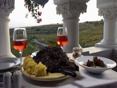 Excursie la conac în podgoria Dealu Mare, variantele cu 2 - 4 nopți, degustare de vinuri premium, cu 2 mese rafinate pe zi. Și un masaj binefăcător pentru trup și spirit.
