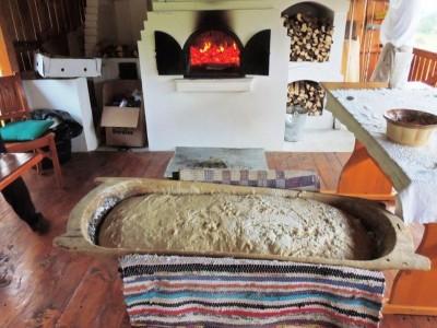 Terapie cu liniște într-un sat din patrimoniul cultural european: variantele de 2 - 6 nopți, bucate secuiești tradiționale, apoi baie la ciubăr țărănesc și saună + lecție de pâine la cuptor!