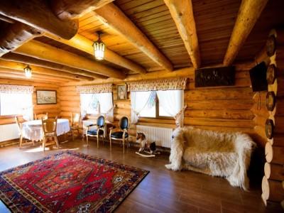 Aventuri călare în Țara Bârsei: natură, cai, tradiții. Cină pescărească, lecții de călărie și de pictură tradițională pe lemn, degustare de vinuri la Brașov. Variantele cu 1-2 nopți de cazare și 2 ospețe pe zi.