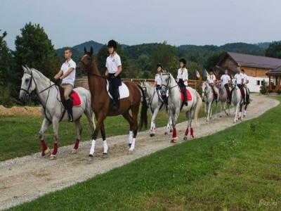 Aventuri călare în Țara Bârsei: natură, cai, tradiții. Cină pescărească, lecții de călărie și de pictură tradițională pe lemn, degustare de vinuri la Brașov. Variantele cu 2-3 nopți și multă bucurie!