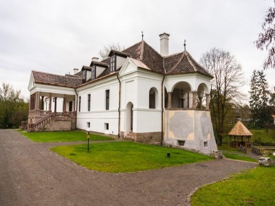 Sărbătorile de Paște 2019 pe domeniul contelui Kalnoky de la Micloșoara sau la casa Prințului Charles, din Covasna. Variantele de la 2 la 5 nopți, cu 3 mese pe zi. Gastronomie locală pură. Plimbări cu căruța și picnic în natură, ateliere de copt pâinea.