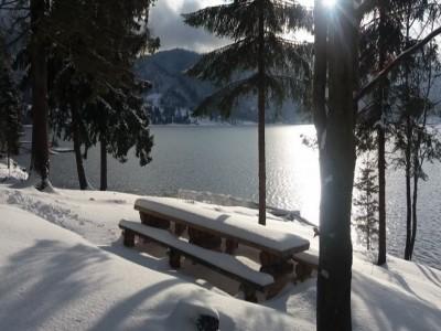 """Minivacanță la """"Marea de la Munte"""", pe Lacul Colibița - Bistrița. Ospăț cu pește proaspăt și vinars de casă pentru doamnele fine! 2 - 4 nopți cazare la 4*, cu Băi Dacice + jacuzzi, saună + cină romantică."""