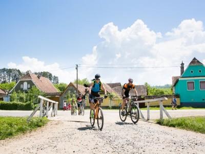 Tură cu bicicleta prin natură + curs de ceramică de Saschiz + degustare de dulcețuri + plimbare cu expert în dezvoltare rurală și povestea locului. Cu 2- 5 nopți de cazare și 2 ospețe țărănești pe zi.