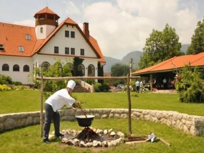 Revelion 2019 la Conacul Secuiesc din Colțești, Alba: 2 - 4 nopți de cazare, un recital gastronomic secuiesc, într-un splendid cadru natural, aproape de Piatra Secuiului. Trăiește-ți viața!