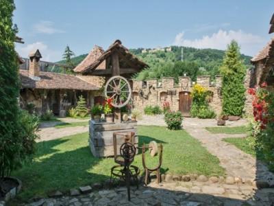 Descoperă Saschizul, sat din patrimoniul Unesco și raiul dulcețurilor de rubarbăr. Lecție de ceramică și întâlniri cu gospodarii locului. Variantele cu 2-4 nopți de cazare cu parfum medieval și două mese pe zi.