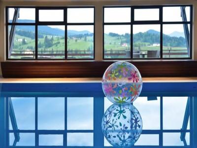 Vacanță în Țara Dornelor: 2-7 nopți cazare premium, 2 mese/zi, relaxare la piscină și în cameră salină, plimbare călare prin munți sau cu Mocănița Huțulca, ședință de bird watching, degustare de ape minerale locale, tur ghidat prin satul muzeu Ciocănești