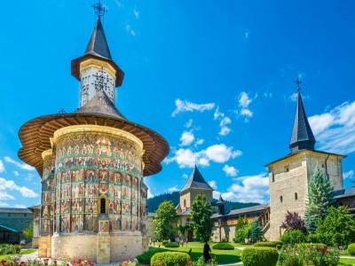 Paște 2019 în Bucovina, la Gura Humorului, în pensiune premium 4 *, variantele de 3 sau 4 nopți. În premieră, excursie ghidată prin pădurile seculare ale Bucovinei, cu observare de flori rare, vizite la mănăstiri și un mare ospăț mare în natură!