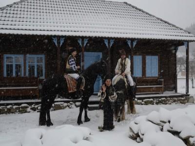 Evadare în viața la țară de acum 100 de ani, la Vama Buzăului. Relaxează-te în ciubărul încălzit, plimbă-te cu bicicleta sau călare pe dealuri, ca apoi să adormi la o carte bună în fața șemineului !