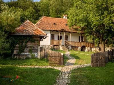 Sărbătorile de Paște pe domeniul contelui Kalnoky de la Micloșoara sau la casa Prințului Charles, din Covasna. Variantele de la 2 la 5 nopți, cu 3 mese pe zi. Gastronomie locală pură. Plimbări cu căruța și picnic în natură, ateliere de copt pâinea.