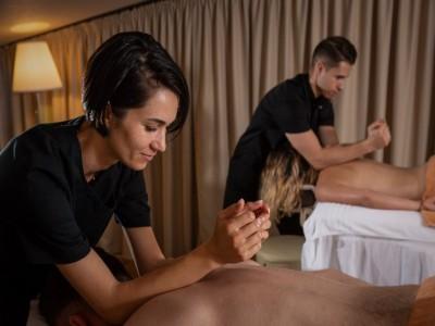 Zile de armonie la Forest Retreat & Spa Vâlcea. Pentru răsfățul trupului și al minții răsfăț. Variantele cu 2-5 nopți de cazare, 2 mese pe zi și un masaj terapeutic.