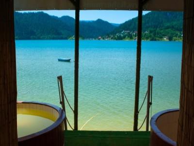 """Minivacanță la """"Marea de la Munte"""", pe Lacul Colibița - Bistrița. Cu 2 - 5 nopți cazare, acces la Băile Dacice (jacuzzi strămoșesc ) și 2 mese pe zi. Ospăț cu pește proaspăt și vinars de casă pentru doamnele fine."""