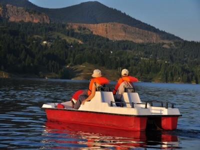 Sărbătorile de Paște 2019 pe Lacul Colibița: variantele de 3 - 5 nopți și 3 mese pe zi, foc de tabără, relaxare la Băile Dacice, ateliere interactive pentru copii, plimbare cu trăsura trasă de cai.