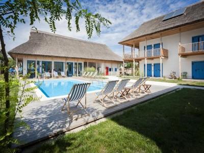 Vacanță premium în Delta Dunării - Limanu Resort 4*, pe brațul Chilia. Variantele 3-7 nopți, cu 2 mese pe zi. Leneveală la piscină impecabilă.