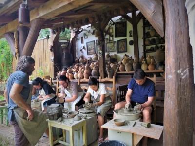 Terapie cu bucurii simple: curs de olărit + cazare 2-4 nopți, 2 mese pe zi din bucate țărănești într-o experiență unică, acasă la un mare artist ceramist. În varianta cu 4 nopți - și plimbare cu Mocănița! Te invită Maramureșul!