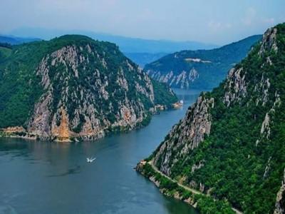 Leneveală la plajă pe ponton privat, pescuit, gastronomie locală la Cazanele Dunării, într-un loc spectaculos. Cazare 2-4 nopți în complex lacustru modern, cu două mese pe zi. Te invită Caraș Severinul !