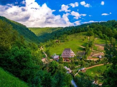 Paște 2020 în Maramureș, la Conacul Drahneilor, Ruscova: 4 nopți de cazare, demipensiune + o masă festivă + seară moroșenească + foc de tabără + plimbare cu mocănița și un prânz în pădure.